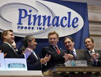 L'introduction en Bourse de Pinnacle Foods à Wall Street le 28 mars 2013. Le groupe d'alimentation américain Hillshire Brands a annoncé lundi l'acquisition de Pinnacle Foods, son concurrent, pour environ 6,6 milliards de dollars (4,8 milliards d'euros), dette comprise, dans le cadre d'une offre amicale en actions et en numéraire.Inc. /Photo d'archives/REUTERS/Brendan McDermid