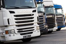 Volkswagen contrôle désormais 90,5% du capital de sa filiale Scania. Le groupe allemand atteint ainsi l'objectif de 90% qu'il s'était fixé en lançant son offre de 6,7 milliards d'euros sur les participations minoritaires du constructeur suédois de camions. /Photo d'archives/REUTERS/Thomas Peter