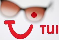 Логотип TUI AG, владельца TUI Travel, в Лавиньи 20 мая 2012 года. Крупнейший европейский туроператор по объему выручки TUI Travel сообщил во вторник, что получил убыток за полугодие, но он оказался меньше ожиданий рынка несмотря на то, что празднование Пасхи не выпало на отчетный период.  REUTERS/Valentin Flauraud
