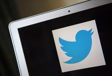 Logotipo do Twitter capturado na tela de um computador portátil, em Ventura, nos Estados Unidos, no ano passado. 21/12/2013 REUTERS/Eric Thayer