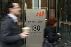 L'australien BHP Billiton, premier groupe minier mondial, a ouvert des négociations en vue de la cession de ses activités dans le nickel. /Photo d'archives/REUTERS/Mick Tsikas