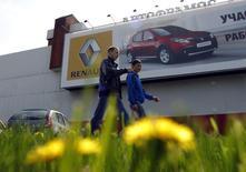 Renault surveille attentivement la question des sanctions à l'égard de la Russie, même si le constructeur français et son partenaire japonais Nissan devraient pouvoir mieux résister que bon nombre de leurs concurrents à la crise ukrainienne. /Photo d'archives/REUTERS/Maxim Shemetov