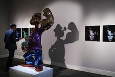 """""""Six Self-Portraits"""" d'Andy Warhol et """"Popeye"""", une sculpture géante de Jeff Koons, ont été adjugées chacune pour plus de 25 millions de dollars (18,2 millions d'euros) mercredi, dans le cadre d'une vente d'art contemporain organisée par la maison Sotheby's. /Photo prise le 2 mai 2014/REUTERS/Eduardo Munoz"""