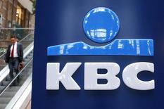 Le groupe financier belge KBC a fait état jeudi d'un bénéfice net trimestriel supérieur aux attentes, une augmentation des dépôts ainsi qu'une hausse des revenus tirés des commissions ayant plus que compensé l'impact d'un impôt sur les activités bancaires en Hongrie. /Photo d'archives/REUTERS/Francois Lenoir