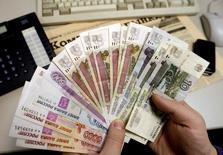 Le produit intérieur brut (PIB) de la Russie a augmenté de 0,9% sur un an au premier trimestre, une hausse légèrement supérieure à une première estimation de 0,8% du ministère de l'Economie. /Photo d'archives/REUTERS/Alexander Demianchuk