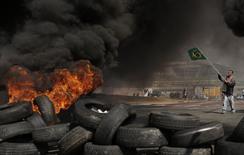 Manifestantes protestam em frente ao estádio da Copa do Mundo em São Paulo. 15/05/2014  REUTERS/Nacho Doce