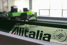 La dernière proposition en date d'Etihad Airways dans le cadre des négociations en cours pour son éventuelle entrée dans le capital d'Alitalia prévoit le retour au bénéfice de la compagnie aérienne italienne en difficulté d'ici 2017, selon une source du gouvernement italien. /Photo prise le 14 mai 2014/REUTERS/Christian Veron