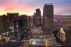 La banque Deutsche Bank a scellé un accord de vente de son casino de Las Vegas The Cosmopolitan, un actif qui a pesé sur son bilan, au fonds Blackstone pour 1,73 milliard de dollars (1,26 milliard d'euros) en numéraire. /Photo d'archives/REUTERS/Las Vegas Sun/Steve Marcus
