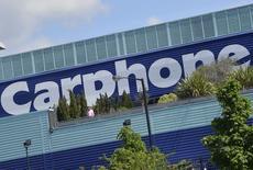 Les distributeurs spécialisés britanniques Carphone Warehouse et Dixons Retail annoncent jeudi un accord de fusion de 3,8 milliards de livres (4,6 milliards d'euros)  visant à créer un poids lourds européen de la distribution de téléphonie mobile et d'électronique grand public. /Photo prise le 15 mai 2014/REUTERS/Toby Melville