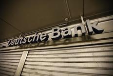 Deutsche Bank confirme dimanche préparer une augmentation de capital d'environ huit milliards d'euros à l'occasion de laquelle le Qatar deviendra actionnaire de référence de l'établissement. /Photo prise le 17 mai 2013/REUTERS/Ina Fassbender