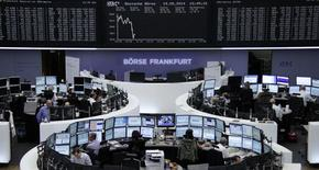 Помещение Франкфуртской фондовой биржи, 19 мая 2014 года. Европейские фондовые рынки снижаются, так как британская фармацевтическая компания AstraZeneca отклонила предложение американской Pfizer о покупке. REUTERS/Remote/Stringer