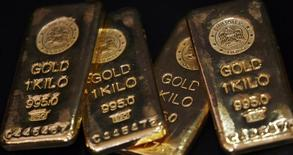 Слитки золота в магазине, торгующем драгоценными металлами в Бомбее, 3 декабря 2009 года. Цены на золото держатся около $1.300 за унцию на фоне сильных макроэкономических показателей США и снижения инвестиционного спроса. REUTERS/Arko Datta