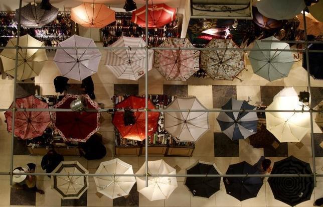 5月20日、消費増税で国内消費の先行きに不透明感が増す中、日本を訪れる外国人の購買パワーが存在感を増している。写真は都内の百貨店で2011年6月撮影(2014年 ロイター/Kim Kyung-Hoon)