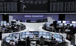 Les Bourses européennes restent sur une note stable ou en léger recul mardi à mi-séance, et Wall Street est attendu sans grand changement, dans un climat de nervosité croissante à l'approche des élections européennes. À Paris, l'indice CAC 40 cède 0,24% vers 13h15. À Francfort, le Dax est stable (-0,01%) et à Londres, le FTSE perd 0,43%./Photo prise le 20 mai 2014/     REUTERS