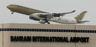 Gulf Air, la compagnie nationale aérienne de Bahreïn, a annoncé mardi avoir réduit de 52% sa perte en 2013 alors qu'arrive à son terme une restructuration lourde entamée il y a près de cinq ans. /Photo d'archives/REUTERS/Hamad I. Mohammed (