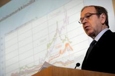 Erkki Liikanen, gobernador del banco central de Finlandia, durante una conferencia de prensa en Helsinki, mar 15, 2012.  IMAGEN PROVISTA POR UN TERCERO. SE DISTRIBUYE, EXACTAMENTE COMO REUTERS LO RECIBIO, COMO UN SERVICIO A LOS CLIENTES. NO USAR PARA VENTAS A TERCEROS. USO SOLO FUERA DE FINLANDIA.