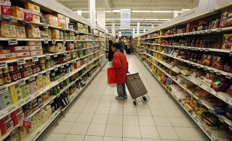 A woman looks at a food department in a supermarket in Nice southern France, February 25, 2008 as the country's National Consumer's Institute (INC)  reported a raise of food prices between the end of November 2007 and early January 2008.   REUTERS/Eric Gaillard