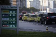 Imagen de archivo de diversos precios de combustibles en una gasolinería de Río de Janeiro, nov 29 2013. Brasil exportará más crudo en el 2014 de lo que importará, dijo el martes Magda Chambriard, directora general de la agencia reguladora de petróleo de Brasil, la ANP.REUTERS/Ricardo Moraes