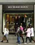 Люди проходят мимо магазина Burberry в Цюрихе 15 января 2013 года. Годовая прибыль британского производителя товаров класса люкс Burberry выросла на 8 процентов, совпав с ожиданиями аналитиков, сообщила компания в среду, предупредив, что если курсы валют останутся на сегодняшних уровнях, это отразится на результатах компании в 2014-2015 годах. REUTERS/Arnd Wiegmann