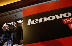 El fabricante chino de computadoras personales (PC) y teléfonos avanzados Lenovo Group <0992.HK> aspira a vender 100 millones de smartphones y tabletas en el próximo año, dijo el miércoles la compañía en una conferencia telefónica con medios de comunicación. En la imagen, el presidente y CEO de Lenovo, Yang Yuanqing (D), y el jefe financiero, Wong Wai-ming, durante una conferencia de prensa en Hong Kong, el 21 de mayo de 2014. REUTERS/Bobby Yip