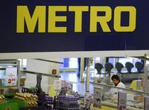 Кассир в магазине Metro AG в Санкт-Августине 18 марта 2013 года. Глава германской Metro AG Олаф Кох сказал в четверг, что ритейлер думает расширять свое присутствие в России, несмотря на разногласия Москвы и Запада из-за кризиса на Украине. REUTERS/Wolfgang Rattay