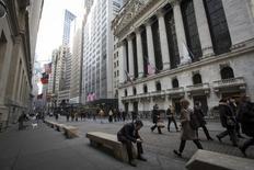Gente camina por fuera de la Bolsa de Nueva York en el distrito financiero de Manhattan. Las acciones cerraron el jueves con una ligera alza en la bolsa de Nueva York, lideradas por papeles de baja capitalización y el Nasdaq, que avanzó impulsado por el sector biotecnológico
