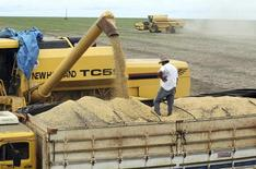 Caminhão é carregado com grãos de soja em fazenda no município de Primavera do Leste, no Mato Grosso. 7/02/2013. REUTERS/Paulo Whitaker