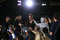 """O cineasta Quentin Tarantino (centro) acena para fãs ao chegar à praia para a exibição do seu filme """"Pulp Fiction"""", durante o Festival de Cannes, na França, nesta sexta-feira. 23/05/2014 REUTERS/Yves Herman"""