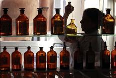 La future réglementation européenne sur les parfums qui devrait entrer en vigueur d'ici la fin de l'année oblige l'industrie à reformuler nombre de jus sans pour autant provoquer le séisme redouté par la profession. /Photo d'archives/REUTERS/Eric Gaillard