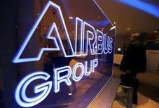 Airbus Group perd 0,29% à 51,44 euros à 12h40, plus forte des rares baisses du CAC 40, qui avance lui de 0,39% à 4.510,81 points. /Photo prise le 26 février 2014/REUTERS/Régis Duvignau