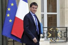 Primeiro-ministro da França, Manuel Valls, ao sair de uma reunião no Palácio do Eliseu, em Paris. Valls prometeu nesta segunda-feira promover mais cortes de impostos neste ano, dizendo que o triunfo do partido de extrema direita Frente Nacional nas eleições europeias demonstrou que os franceses estão cansados de aumentos dos tributos. 26/05/2014. REUTERS/Philippe Wojazer
