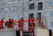 Le nombre de mises en chantier de logements a poursuivi son recul au mois d'avril, tombant sous le seuil des 320.000 sur un an, au plus bas depuis décembre 1998. Celui des permis de construire s'est aussi inscrit en baisse. /Photo d'archives/REUTERS/Jean-Paul Pélissier