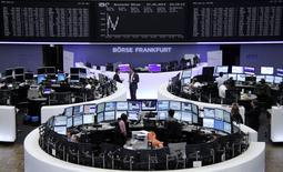 Помещение Франкфуртской фондовой биржи 27 мая 2014 года. Европейские фондовые рынки растут за счет гостиничных сетей, чьи котировки поднялись после новостей о слияниях и поглощениях. REUTERS/Remote/Stringer