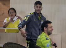 Os atacantes da seleção brasileira Neymar (C) e Fred são fotografados na Granja Comary, em Teresópolis, no início da preparação para a Copa do Mundo, na segunda-feira.   REUTERS/Ricardo Moraes