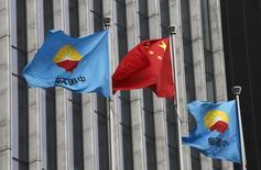 La bandera de China flamea entre emblemas de PetroChina en su sede central en Pekín. 28 de agosto, 2013. La estatal CNPC, la mayor empresa energética de China, planea invertir 2.000 millones de dólares en Perú en la próxima década, mientras sigue atenta a la compra de activos y licitaciones en el sector de los hidrocarburos del país, dijo el martes un alto ejecutivo de la empresa. REUTERS/Kim Kyung-Hoon