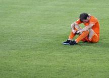 Игрок сборной Нидерландов Рафаэль ван дер Варт после поражения от сборной России в четвертьфинале Евро-2012 в Базеле 21 июня 2008 года. Голландский полузащитник Рафаэль ван дер Варт не сможет сыграть на чемпионате мира в Бразилии из-за травмы голени, сообщила в среду федерация футбола Нидерландов. REUTERS/Pascal Lauener