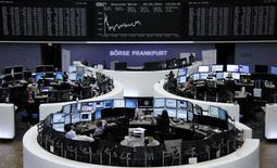 Les marchés d'actions européens ont terminé sans tendance nette, les investisseurs hésitant à prendre trop de risques alors que les Bourses du Vieux Continent tutoient des plus hauts de six ans. À Paris, le CAC 40 a terminé en baisse de 0,02% à 4.530,51 points. Le Footsie britannique a pris 0,29% et le Dax allemand est resté parfaitement stable, tandis que l'EuroStoxx 50 a cédé 0,05%. /Photo prise le 29 mai 2014/REUTERS/Remote
