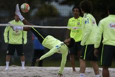 Brazil's national soccer team player Neymar (C) plays futevolei, a combination of volleyball and soccer, during a training session in Teresopolis, near Rio de Janeiro May 29, 2014. The Brazil national soccer team's training camp, in preparation for the 2014 World Cup in Brazil, began on May 26, in Teresopolis city. REUTERS/Ricardo Moraes (BRAZIL - Tags: SPORT SOCCER WORLD CUP VOLLEYBALL) - RTR3RFPM
