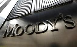 """Imagen de archivo de la fachada de las oficinas de Moody's en Nueva York, febrero 6, 2013. Moody's Investors Service subió el jueves la calificación crediticia soberana de Uruguay en un escalón, a """"Baa2"""", por una mejoría del perfil de la deuda gubernamental que tiene un promedio de vencimiento de más de 10 años. REUTERS/Brendan McDermid"""