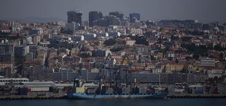 Vue du port de Lisbonne. La cour suprême portugaise a annulé plusieurs mesures du plan d'austérité inscrites dans le budget de l'Etat pour cette année, notamment des baisses de salaires dans la fonction publique. /Photo prise le 15 mai 2014/REUTERS/Rafael Marchante