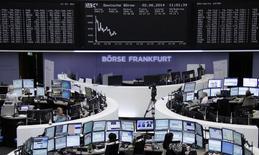 Les Bourses européennes sont en légère hausse lundi à mi-séance, toujours portées par un bon indicateur d'activité en Chine, tandis que l'euro reste sous pression sur des anticipations de baisses de taux en Europe cette semaine. Vers 12h45, le CAC 40 grignote 0,07% à Paris, le Dax prend 0,24% à Francfort et le FTSE progresse de 0,27% à Londres. /Photo prise le 2 juin 2014/REUTERS/Remote