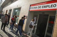 Le taux de chômage a légèrement diminué au mois d'avril dans la zone euro, reculant à 11,7% contre 11,8% au mois de mars. /Photo prise le 29 avril 2014/REUTERS/Andrea Comas