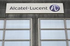 Plus forte baisse de la Bourse de Paris, Alcatel-Lucent perd encore 1,21% vers 12h40, au lendemain d'un repli de 2,9% consécutif à l'annonce d'une émission d'obligations convertibles pour un montant global d'un peu plus d'un milliard d'euros. Au même moment, le CAC 40 recule de 0,12%. /Photo d'archives/REUTERS/Stéphane Mahé