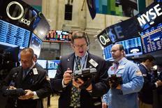 Wall Street a ouvert en léger recul mardi, les investisseurs hésitant à pousser les indices au-delà de leurs derniers records en date, même si la tendance haussière semble rester intacte. L'indice Dow Jones perd 0,24% dans les premiers échanges, le Standard & Poor's 500 recule de 0,18% et le Nasdaq Composite cède 0,27%. /Photo prise le 2 juin 2014/REUTERS/Lucas Jackson