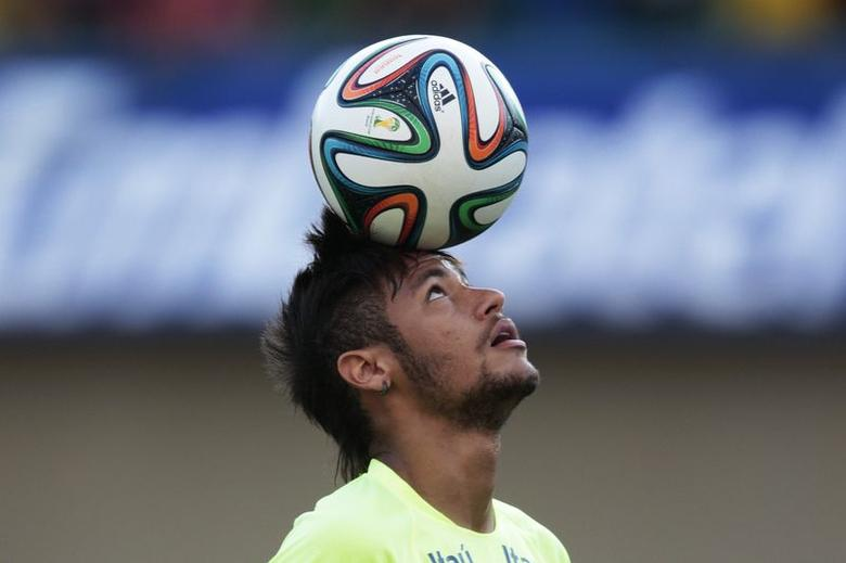 Brazil's national soccer team player Neymar controls the ball during a training session in Goiania, June 2, 2014. REUTERS/Ueslei Marcelino