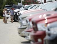 La plupart des principaux constructeurs automobiles présents sur le marché américain ont fait état mardi d'une nette hausse de leurs ventes en mai, confirmant la tendance à la reprise du marché amorcée en mars après un hiver rigoureux. /Photo d'archives/REUTERS/Gary Cameron