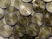 Монеты евро на монетном дворе в Вене, 20 июня 2013 года. Литва удовлетворяет всем критериям для вступления в еврозону и может стать 19-м членом блока с 1 января 2015 года, сообщила Еврокомиссия в среду. REUTERS/Leonhard Foeger