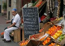 Imagen de archivo de un verdulero en su tienda en Montevideo, sep 4 2007. Los precios minoristas uruguayos subieron un 0,32 por ciento en mayo y la tasa anual se ubicó por encima de la meta de las autoridades para 2014, dijo el miércoles el Gobierno, debido a aumentos en los costos de la vivienda y la vestimenta. REUTERS/Andres Stapff