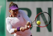Simona Halep of Romania returns the ball to Svetlana Kuznetsova of Russia during their women's quarter-final match at French Open tennis tournament at the Roland Garros stadium in Paris June 4, 2014.  REUTERS/Stephane Mahe