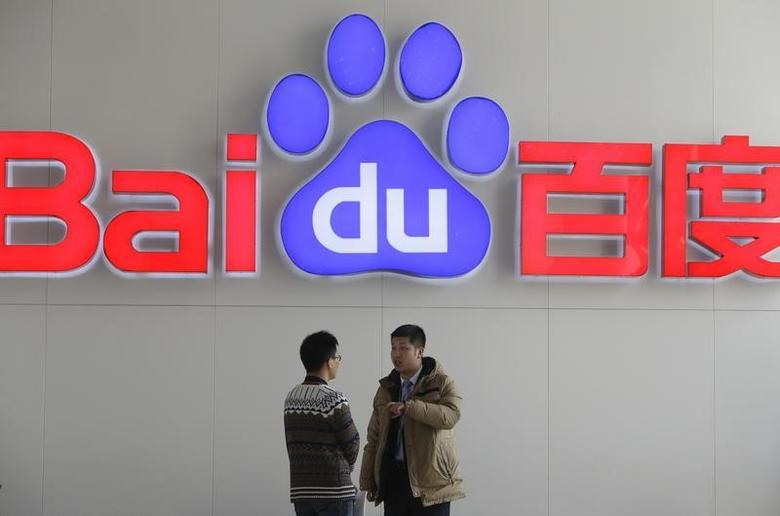 People talk in front of a Baidu's company logo at Baidu's headquarters in Beijing January 16, 2014.  REUTERS/Jason Lee